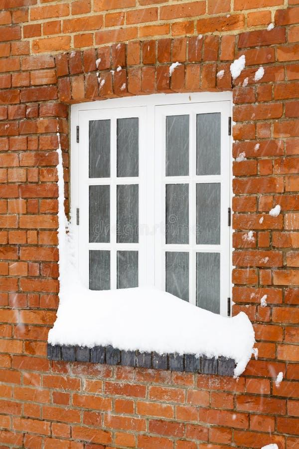 Snö täckt husfönster royaltyfri foto