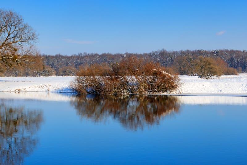 Snö-täckt kust av vinterfloden på solnedgången för ligganderussia för 33c januari ural vinter temperatur arkivfoton
