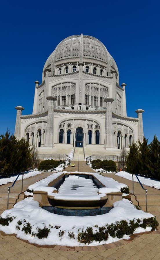 Snö täckt reflekterande pöl arkivfoto