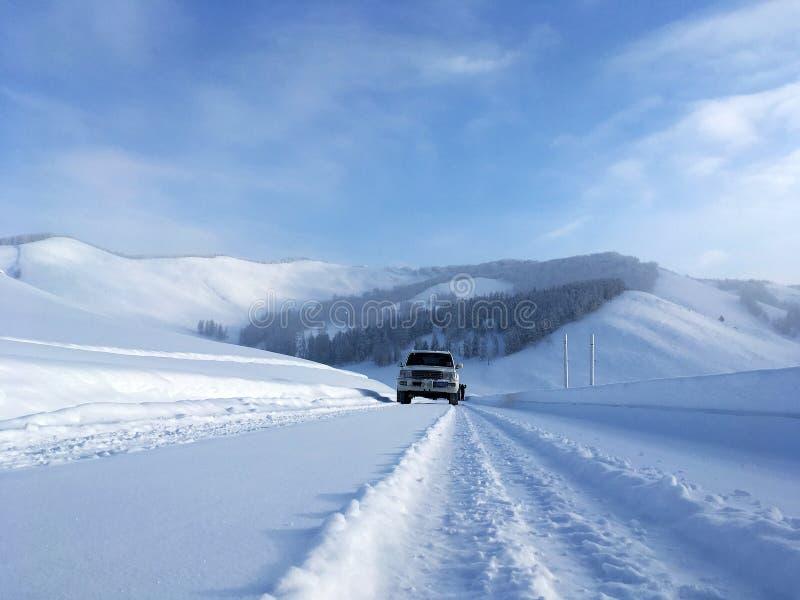 Snö-täckt väg till Kanas i vinter arkivbilder