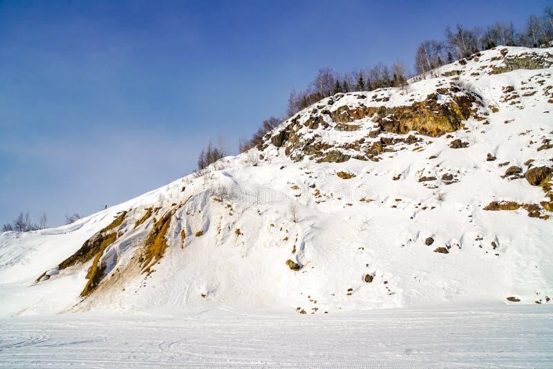 Snö-täckt vinterlutning arkivfoton
