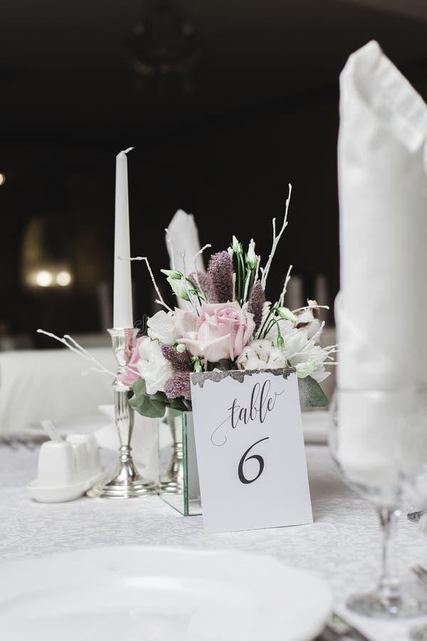 Snö täckte att gifta sig buketten fotografering för bildbyråer