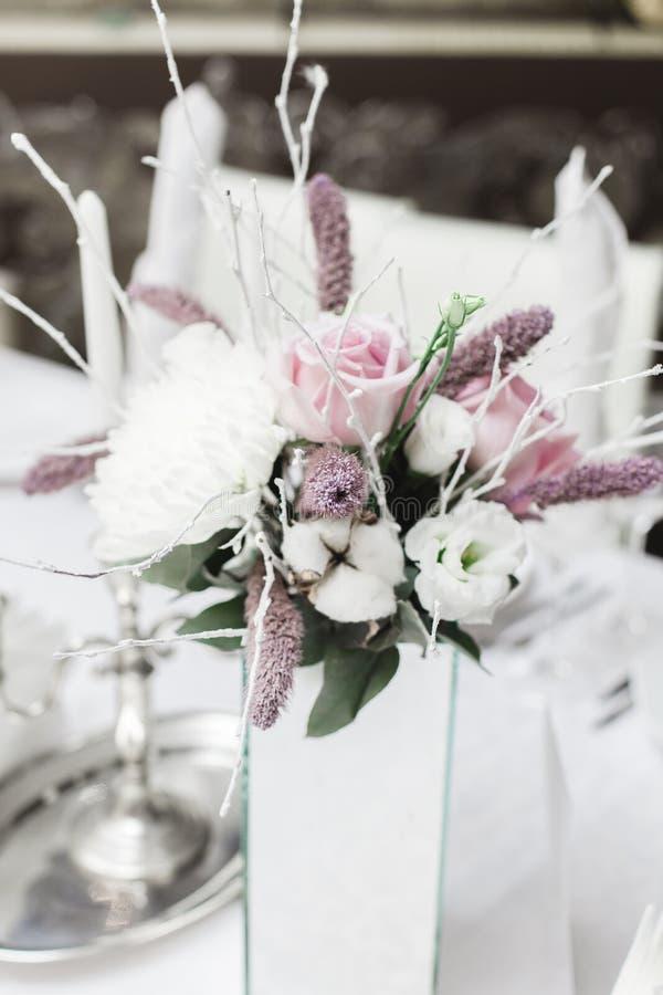Snö täckte att gifta sig buketten, garneringar arkivbild