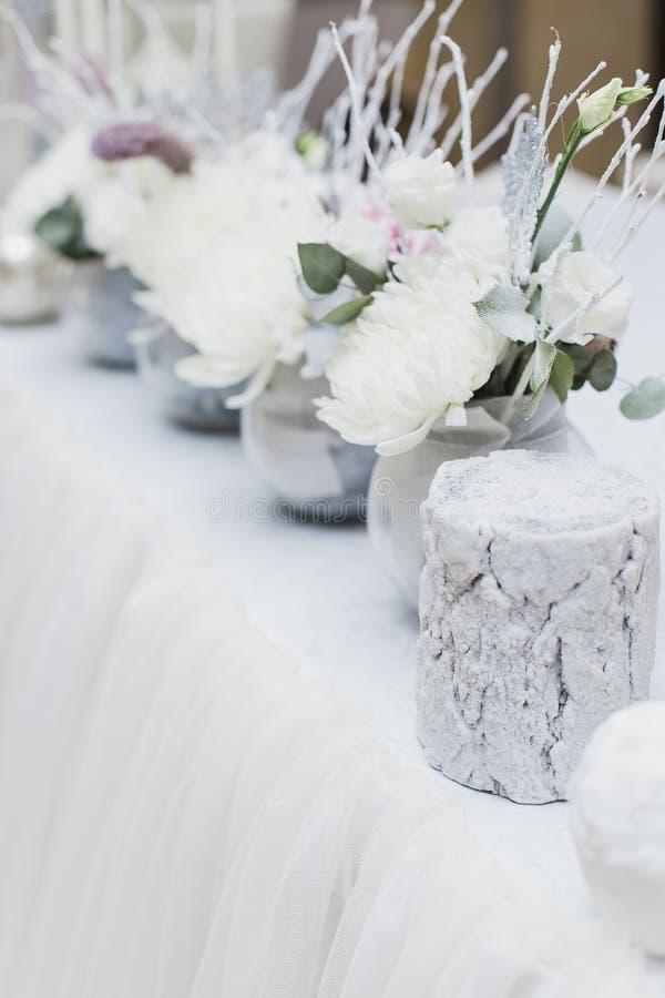 Snö täckte att gifta sig buketten, garneringar, mousserar, snöflingor royaltyfri bild