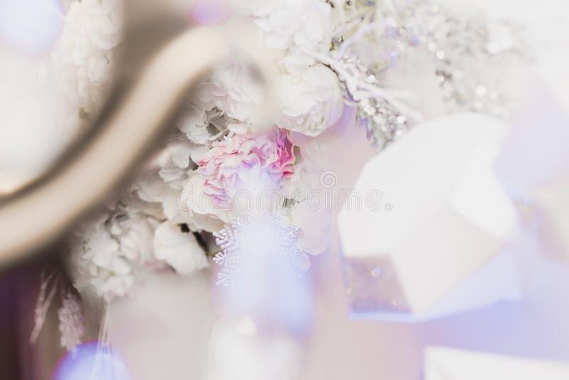 Snö täckte att gifta sig buketten, garneringar, mousserar, snöflingor royaltyfri fotografi