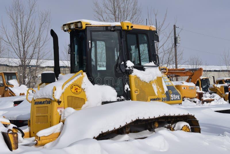 Snö täckte den Komatsu bulldozern royaltyfri foto
