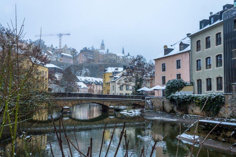 Snö täckte Grund, den historiska delen av den Luxembourg staden som placerades på bankerna av den Alzette floden arkivfoto