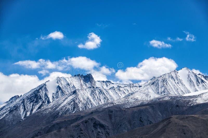 Snö täckte Himalaya royaltyfri fotografi