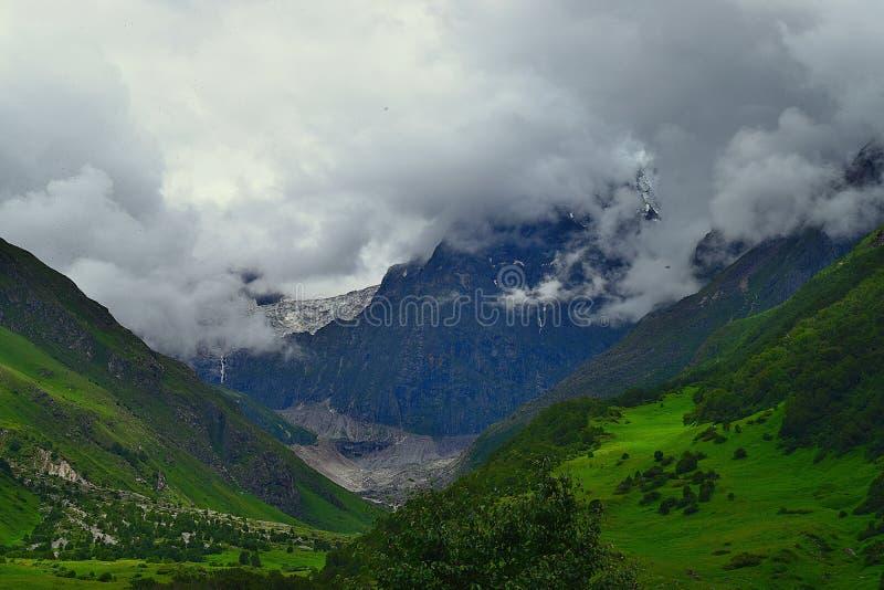 Snö-täckte HImalayan berg på dalen av blommor, Uttarakhand, Indien royaltyfria foton