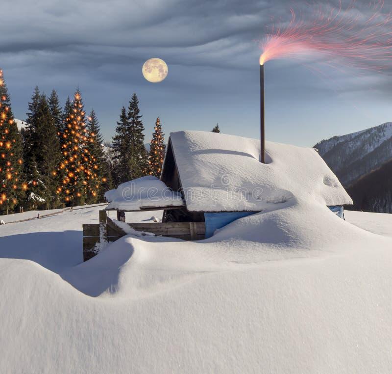 Snö-täckte hus i Carpathiansna arkivfoton