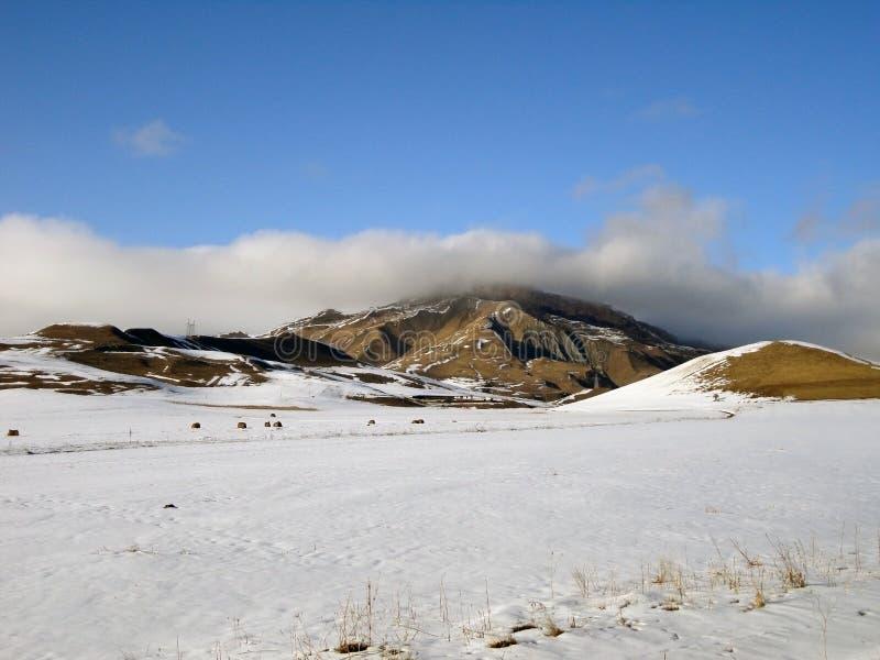 Snö-täckte kullar och stäppar av Kaukasuset, Karachay-Cherkessia royaltyfri bild