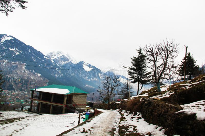Snö täckte land i den Himalayan bergdalen arkivbilder