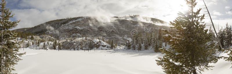 Snö täckte landskap av rytande berggeyserlufthål i Yello arkivfoto