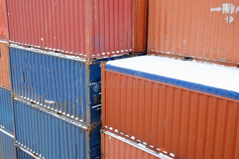 Snö-täckte lastbehållare royaltyfri fotografi
