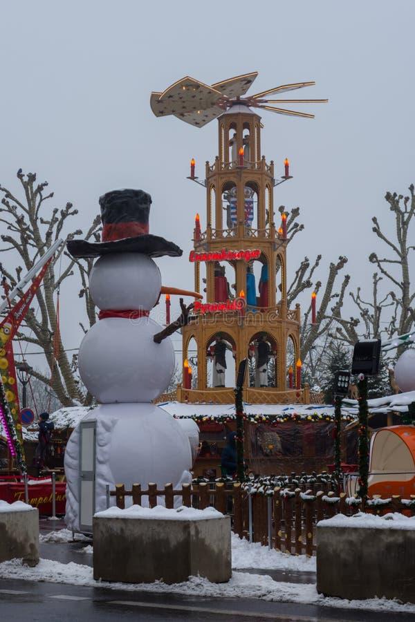 Snö täckte snögubben i den julNoel marknaden royaltyfria foton