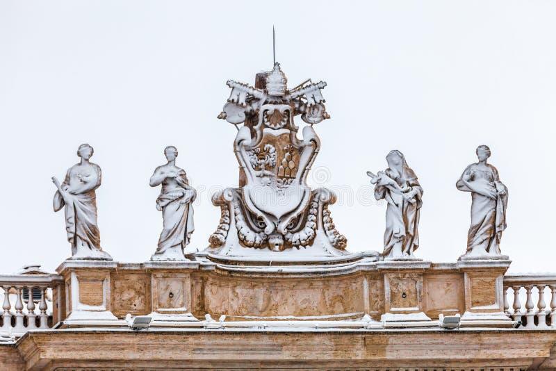 Snö-täckte statyer på taket av domkyrkan för St Peter ` s i Vatican City i Rome i Italien arkivbilder