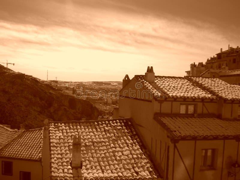 Snö-täckte tak i Cuenca, Spanien royaltyfria bilder