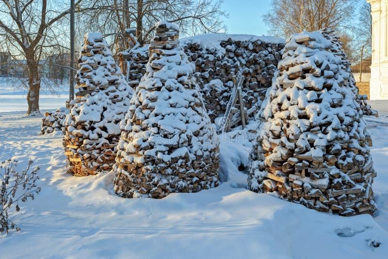 Snö täckte vedträbuntar fotografering för bildbyråer