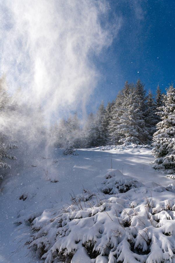 Snö täckte vinterunderlandlandskap i berget royaltyfri bild