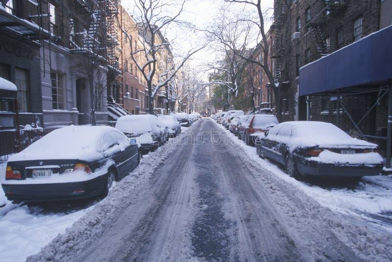 Snöa den dolda bilen i gator av Manhattan, New York City, NY efter vintersnöstorm royaltyfri fotografi