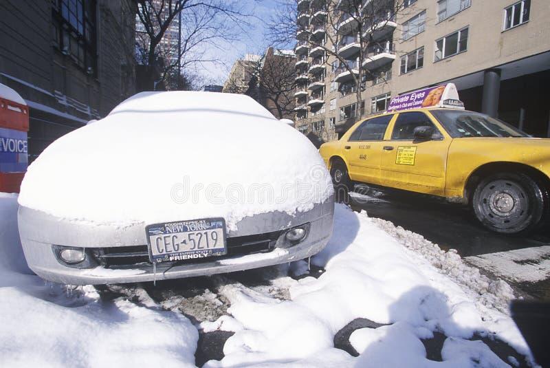 Snöa den dolda bilen i gator av Manhattan, New York City, NY efter vintersnöstorm royaltyfri foto