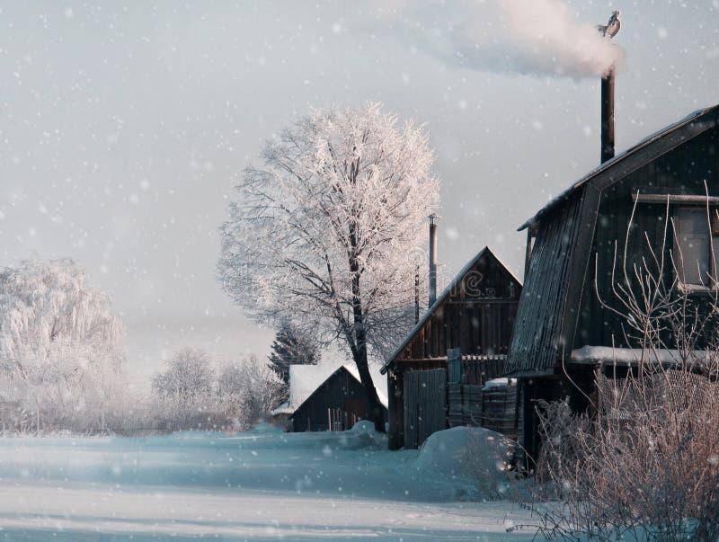 Snöa i julvinter i byn royaltyfria bilder