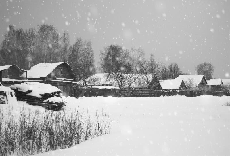 Snöa i julvinter i byn royaltyfri fotografi