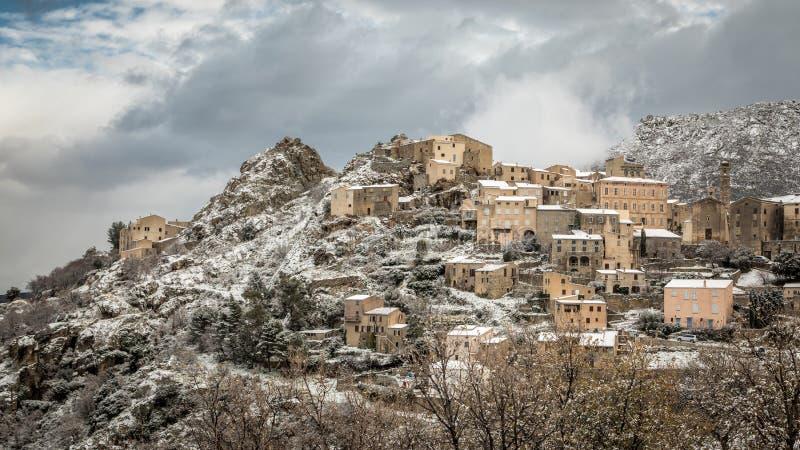 Snöa på bergby av Speloncato i Korsika royaltyfri fotografi