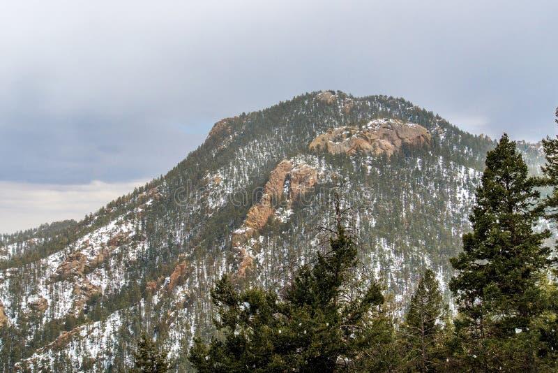 Snöa på Cheyenne Mountain Colorado Springs arkivfoton