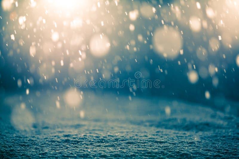 Snöa på natten och panelljuset fotografering för bildbyråer