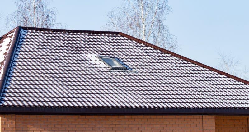 Snöa på taket av huset i vinter royaltyfria bilder