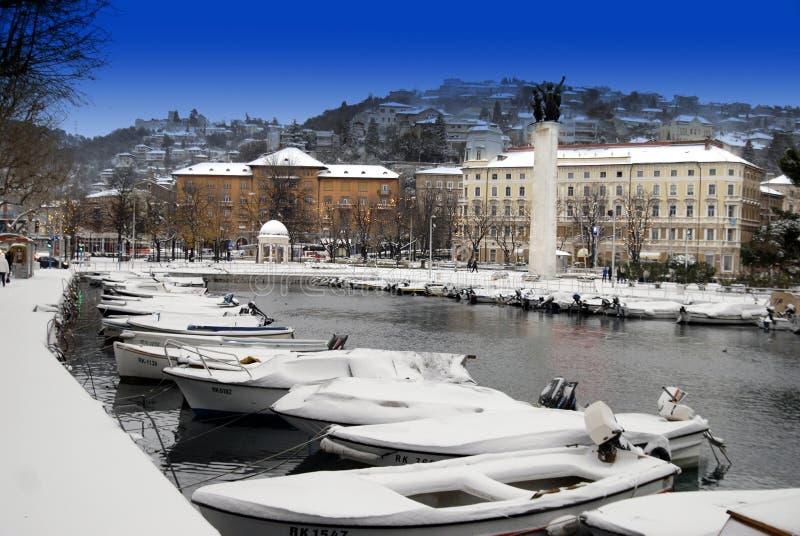 Snöa på theMotorfartyg i Rijeka den döda kanalen i Kroatien arkivfoton