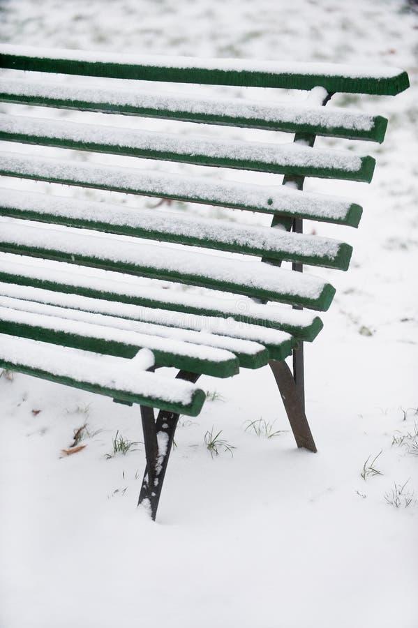 Snöad träbänk arkivfoton