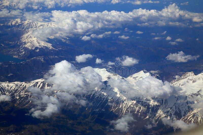 Snöberg från fönster av flygplanet royaltyfria bilder