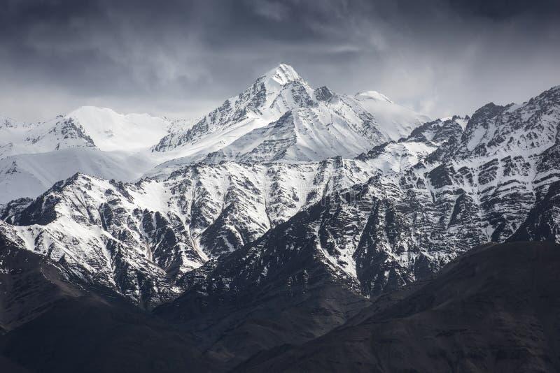 Snöberg med blå himmel från Leh Ladakh Indien arkivfoton