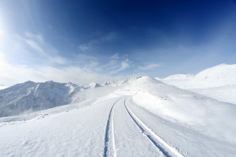 Snöberg med vägen arkivfoto