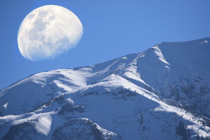 Snöberg- och månesikt arkivfoton