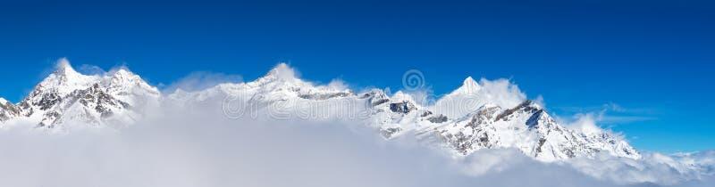 snöberg runt om det Matterhorn maximumet arkivbilder