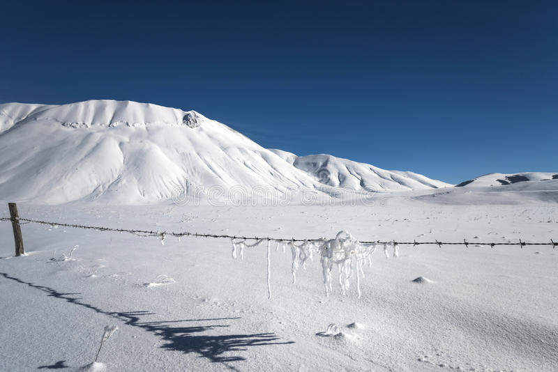 Snöberglandskap, leksnö arkivfoto