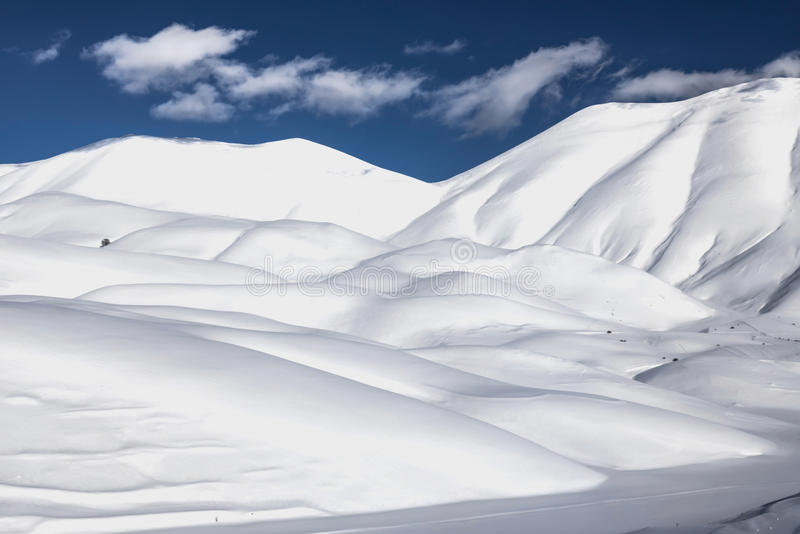 Snöberglandskap, leksnö arkivbild