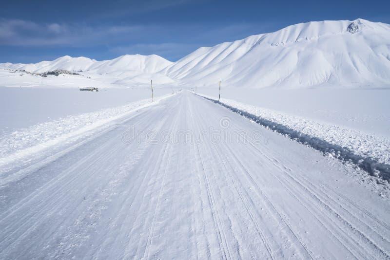 Snöberglandskap, vinterväg, arkivfoto