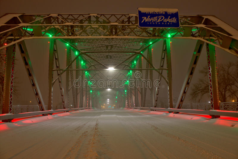 SnöCoverd bro till North Dakota royaltyfri fotografi