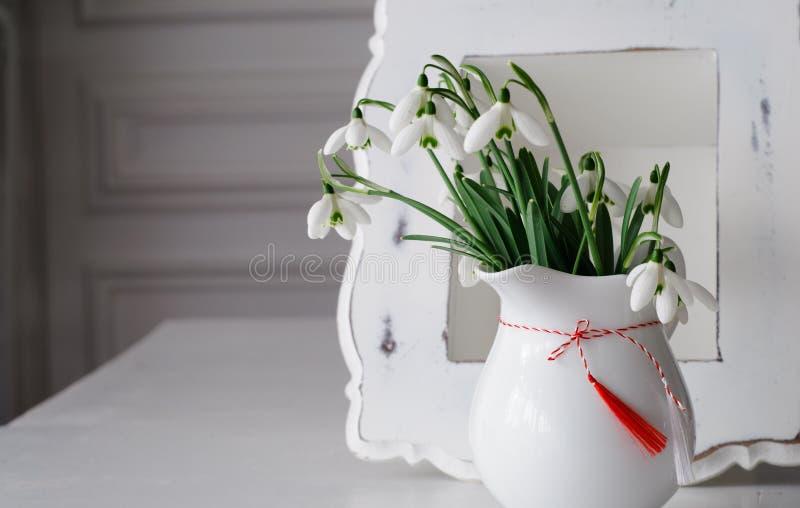 Snödroppar och rött vitt symbol för vår fotografering för bildbyråer