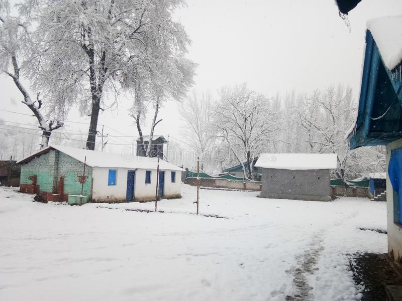 Snöfall i jammu india royaltyfria bilder