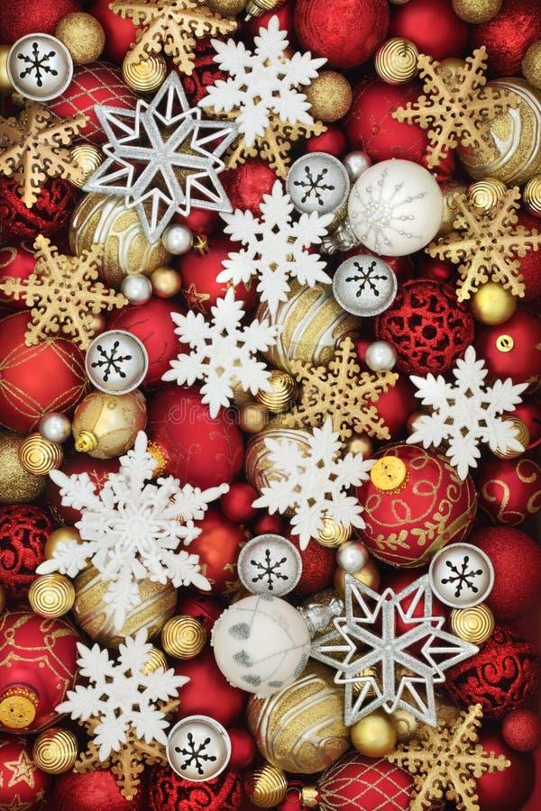 Snöflinga- och julstruntsakgarneringar royaltyfria bilder