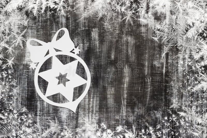 Snöflingasnitt ut ur papper på mörk bakgrund med utrymme för textjultema stock illustrationer