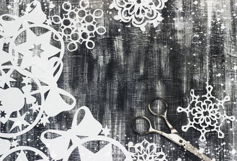 Snöflingasnitt ut ur papper på mörk bakgrund med utrymme för textjultema royaltyfri illustrationer