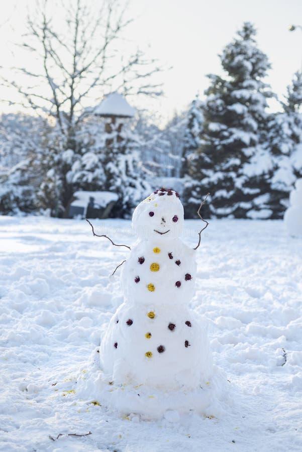 Snögubbe i mitt av gården, underhållningar för barn` s, vintergyckel, arkivbilder