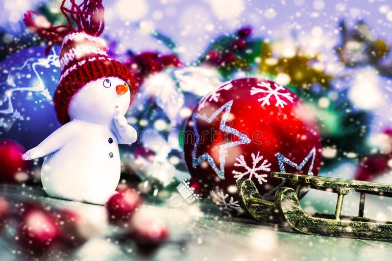 Snögubbe med julgarnering och prydnader royaltyfri foto