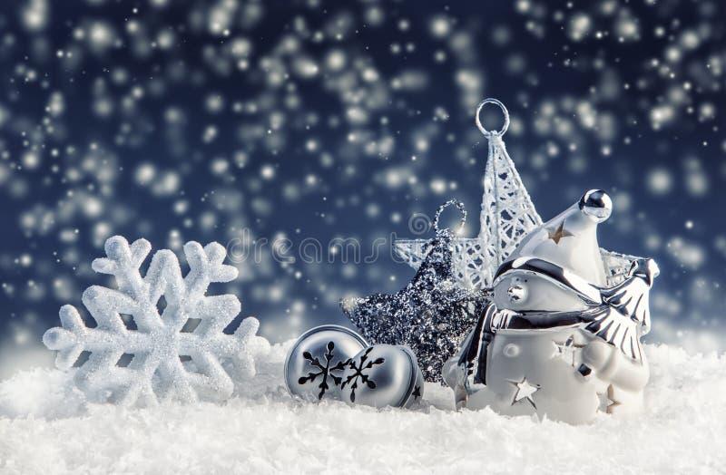 Snögubbe med julgarnering och prydnader - snöflingor för stjärna för klirrklockor i snöig atmosfär fotografering för bildbyråer
